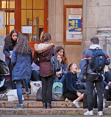 Élèves qui attendent l'ouverture de la classe