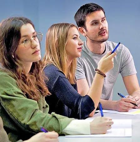 Élèves en salle de cours à Antémed